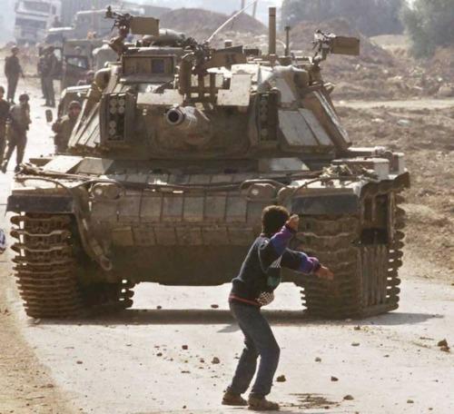 Memoriando Fotografía: UN NIÑO ANTE UN TANQUE - PALESTINA, 2000